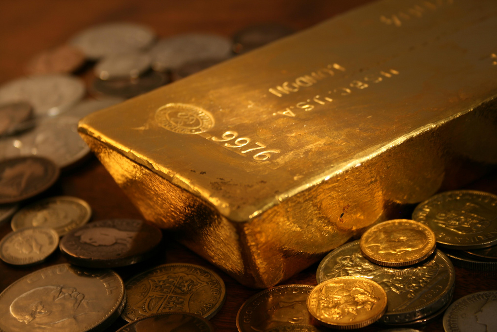 http://coins.thefuntimesguide.com/images/blogs/gold-bar-and-gold-coins-photo-by-bullionvault.jpg